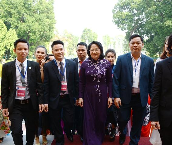 Lương y Nguyễn Thế Qúy đầu tiên bên phải vinh dự chụp ảnh với Quyền Chủ tịch nước Đặng Thị Ngọc Thịnh trong buổi tiếp kiến