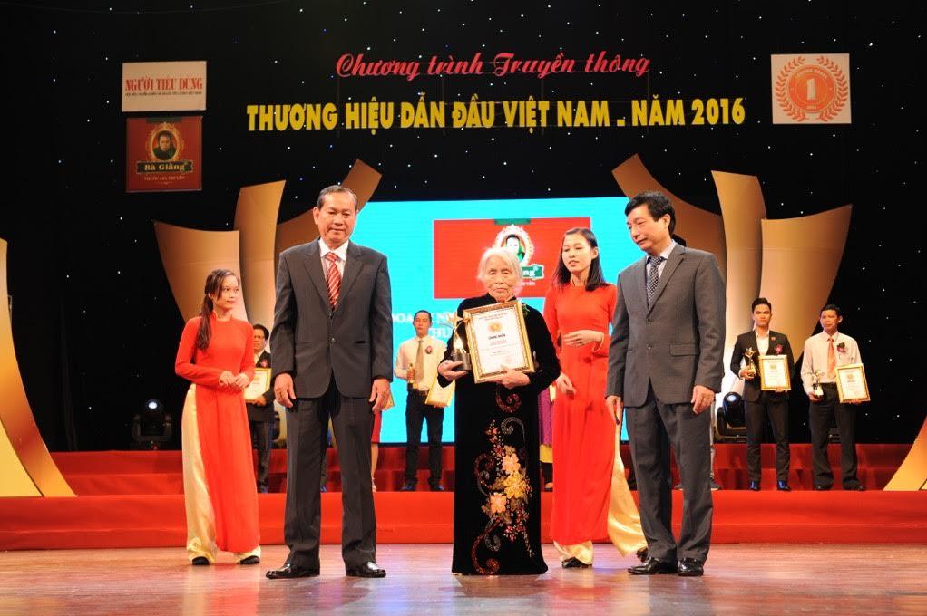 luong-y-pham-thi-giang-nhan-giai-thuong-thuong-hieu-dan-dau-viet-nam-2016