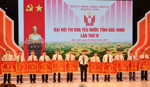 ong-nguyen-nhan-phuongdung-o-giua-khi-nhan-co-tai-dai-hoi-thi-dua-yeu-nuoc-tinh-bac-ninh-nam-2015