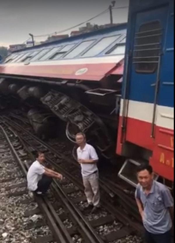 Tàu hỏa chở khách bị trật bánh ở Hà Nội, hơn 100 người thoát chết
