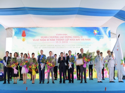 FrieslandCampina Hà Nam đón nhận Huân chương Lao động hạng Nhì