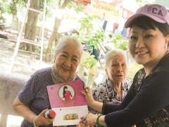 Nghệ sĩ Hương Lan tặng hơn 30 phần quà cho các nghệ sĩ viện dưỡng lão
