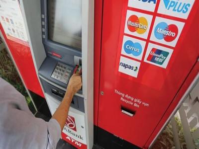"""Nguy cơ tiềm ẩn từ thẻ """"rác"""" ngân hàng"""