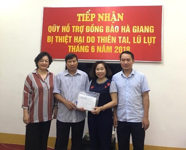 Quỹ chăm sóc người cao tuổi Việt Nam chia sẻ với đồng bào lũ lụt tại Hà Giang
