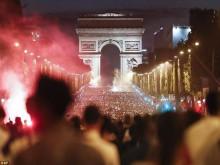 CĐV Pháp ăn mừng vào chung kết, pháo sáng rực Khải Hoàn Môn
