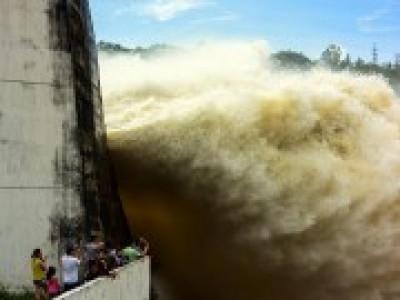Khẩn: Lũ ngày càng to, hồ Hòa Bình tiếp tục nhận lệnh mở cửa xả đáy