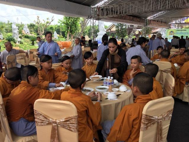 Doanh nhân Hồng Thắm và những chuyến từ thiện dọc miền Tổ quốc