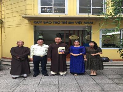 Đại đức Thích Minh Đạt và Đại đức Thích Chiếu Hiếu ủng hộ Quỹ Bảo trợ Trẻ em Việt Nam