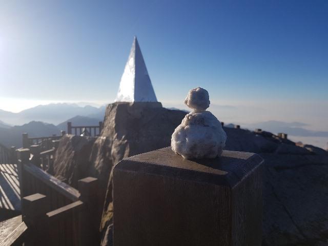 Sa Pa lạnh sâu, đỉnh Fansipan lại xuất hiện băng giá