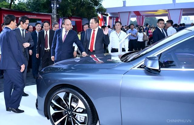Thủ tướng: Vingroup có thể tạo ra chuỗi giá trị ô tô, xe máy điện mang thương hiệu Việt Nam
