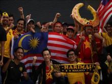 SVĐ Bukit Jalil: Mặc trời mưa, CĐV Việt Nam vẫn ào ào đến sân