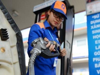 Giá xăng giảm mạnh gần 1.500 đồng mỗi lít