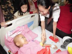 Valentines Vân Nguyễn cùng dàn mẫu nhí đến bệnh viện thăm những cảnh đời bị bệnh nan y