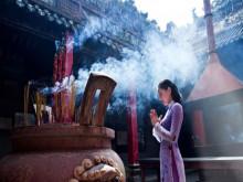 Đi chùa đầu năm: Tranh nhau... cầu an