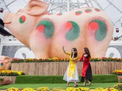 Giới trẻ xúng xính váy áo du xuân không muốn về tại Sun World Danang Wonders