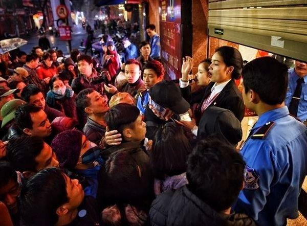 Hà Nội: Xếp hàng đông kín từ 4h sáng mua vàng ngày vía thần tài