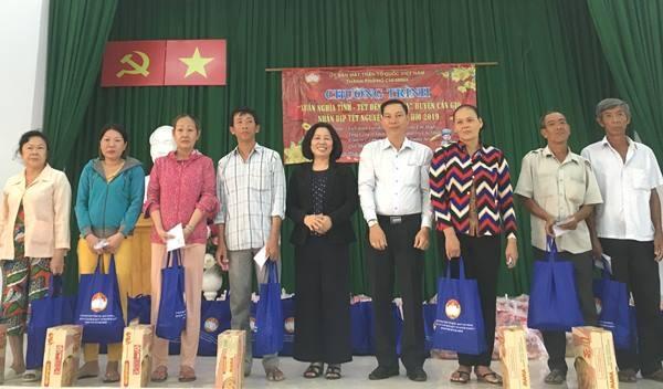 Trao quà tết cho người nghèo trên địa bàn TP.HCM