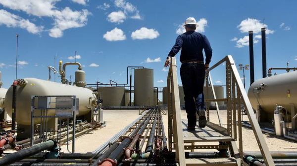 Nỗi lo suy thoái giảm bớt, giá dầu đạt đỉnh gần 5 tháng