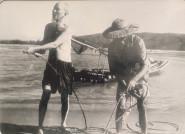 Xúc động ảnh Bác Hồ kéo lưới, tát nước, ngồi bệt cùng người dân