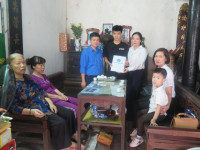 Tặng thẻ BHYT cho hai con của nữ lao công tử nạn do bị