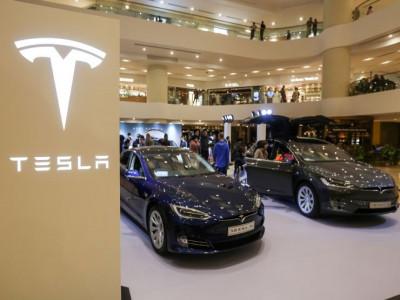 Tesla có thể lao dốc mạnh vì nợ, địa chính trị