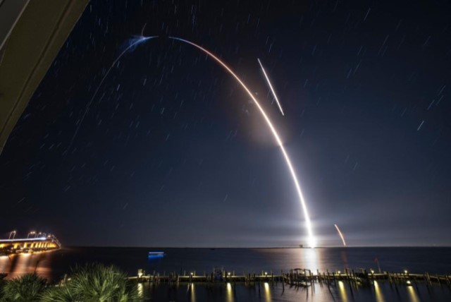 Cuộc đua lên mặt trăng của Jeff Bezos và Elon Musk