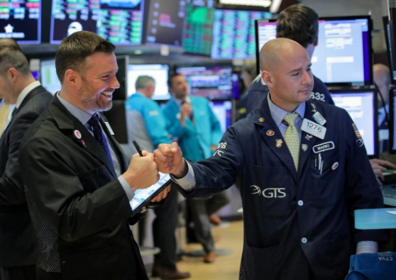 Fed để ngỏ khả năng hạ lãi suất, Phố Wall tăng hơn 2%