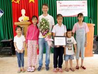 Tập thể Home Credit Việt Nam chung tay trao học bổng và tặng quà cho học sinh Đắk Lắk