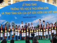 Chủ tịch Quốc hội Nguyễn Thị Kim Ngân trao tặng trường TH và THCS Đồng Sơn và tặng sữa cho học  sinh