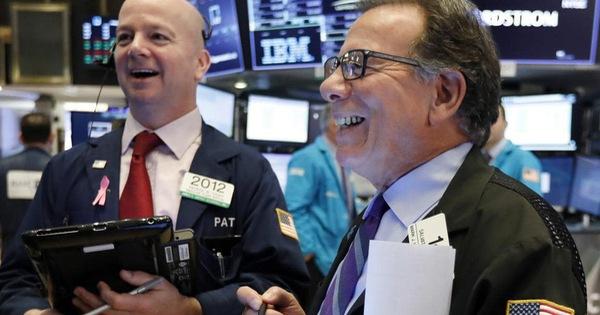 """Nhà đầu tư """"thở phào"""" khi kết thúc một tháng đầy biến động, chứng khoán Mỹ bao trùm bởi """"sắc xanh"""""""