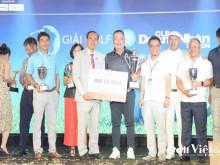 Doanh nhân Phạm Văn Út tài trợ bức tranh nghệ thuật Thốt nốt cho Giải golf CLB Doanh nhân Sài Gòn