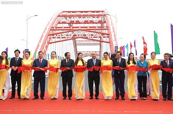 Thủ tướng cắt băng khánh thành cầu, dự lễ tổng kết 10 năm thực hiện xây dựng NTM tại Hải Phòng