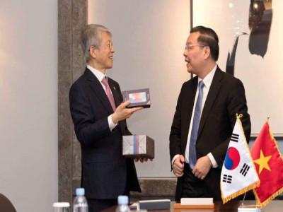 Điện thoại Vsmart Live được sử dụng để làm quà tặng cho Bộ trưởng Hàn Quốc