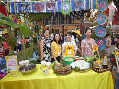 """Hàng trăm nữ giáo viên dự thi """"Nhà giáo với ẩm thực 3 miền"""" nhân ngày Nhà giáo Việt Nam 20/11"""