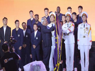 Hà Nội FC dành tặng chức vô địch cho người hâm mộ, đón nhận Huân chương Lao động hạng Ba