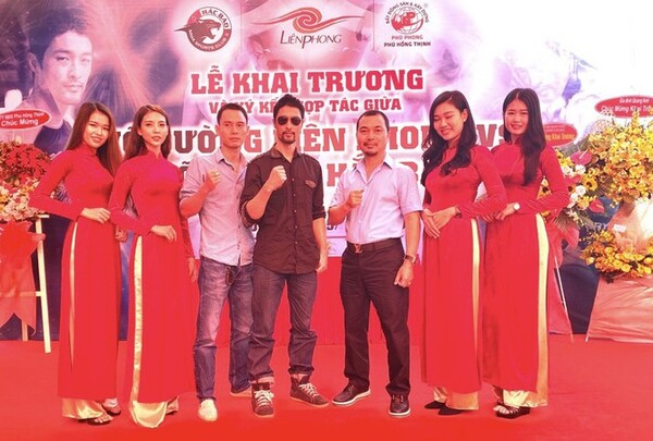 """Johnny Trí Nguyễn """"tái xuất giang hồ"""" tại võ đường Hắc Báo MMA Club"""