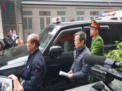 Hình ảnh 2 cựu bộ trưởng Nguyễn Bắc Son, Trương Minh Tuấn đến tòa