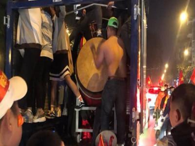 CĐV dùng xe tải chở trống khắp phố Hà Nội gõ mừng cúp vô địch của U22 Việt Nam