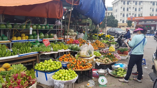 Hoa, quả, gà… tăng giá ngày rằm tháng Chạp