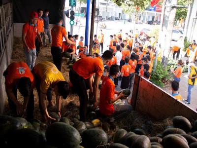 """Kim Oanh Group chung tay """"giải cứu"""" dưa hấu, chia sẻ với nông dân"""