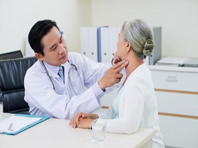 Bác sĩ khuyên người cao tuổi những việc nên làm để chống COVID-19