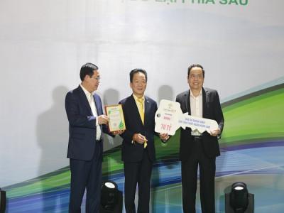 Cha con bầu Hiển và CLB Hà Nội trao tặng bệnh viện 4,5 tỷ đồng