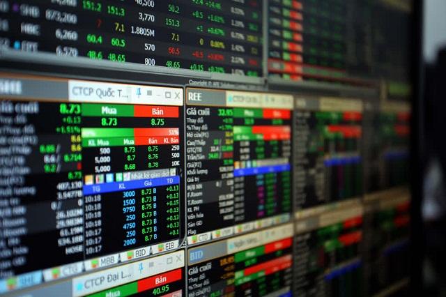 Doanh nghiệp đồng loạt 'cứu giá' cổ phiếu