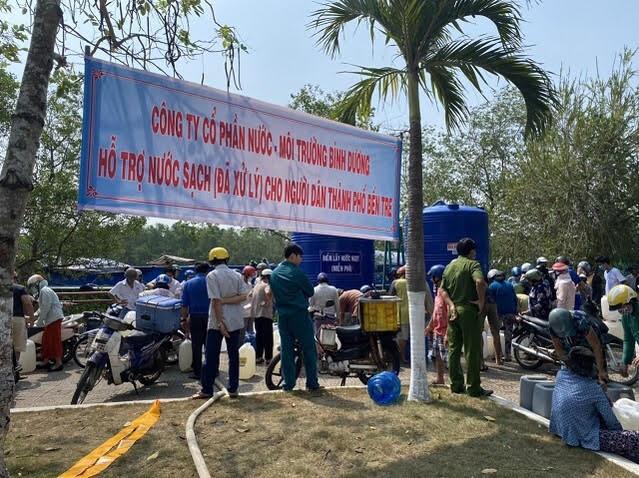 Tàu vận tải nước ngọt từ Bình Dương đã đến người dân Bến Tre