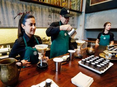 Giới startup đón 'cú sốc' mới: Chuỗi cà phê 'nổ' sắp vượt Starbucks, ngụy tạo tới 40% doanh thu 2019