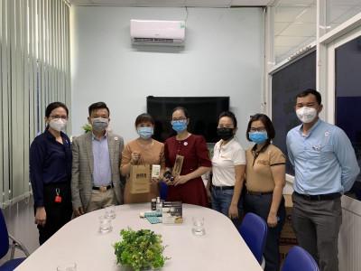 Tặng quà cho các y, bác sỹ bệnh viện Quận Thủ Đức tham gia công tác phòng chống dịch bệnh COVID-19