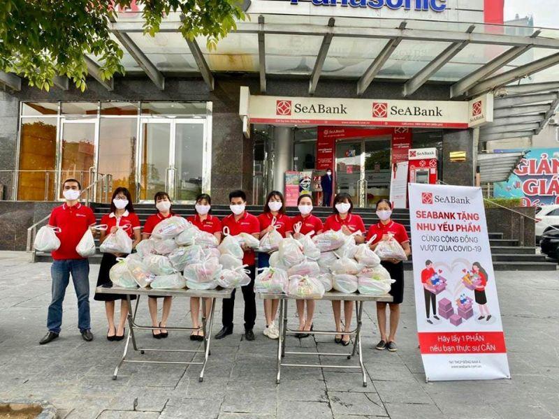 Ngân hàng Đông Nam Á (SeABank) tặng nhu yếu phẩm cho người nghèo trong mùa dịch Covid-19