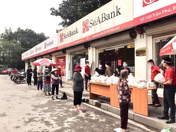 Ngân hàng TMCP Đông Nam Á (SeABank) trao tặng 35,2 tấn gạo cho người nghèo trên toàn quốc