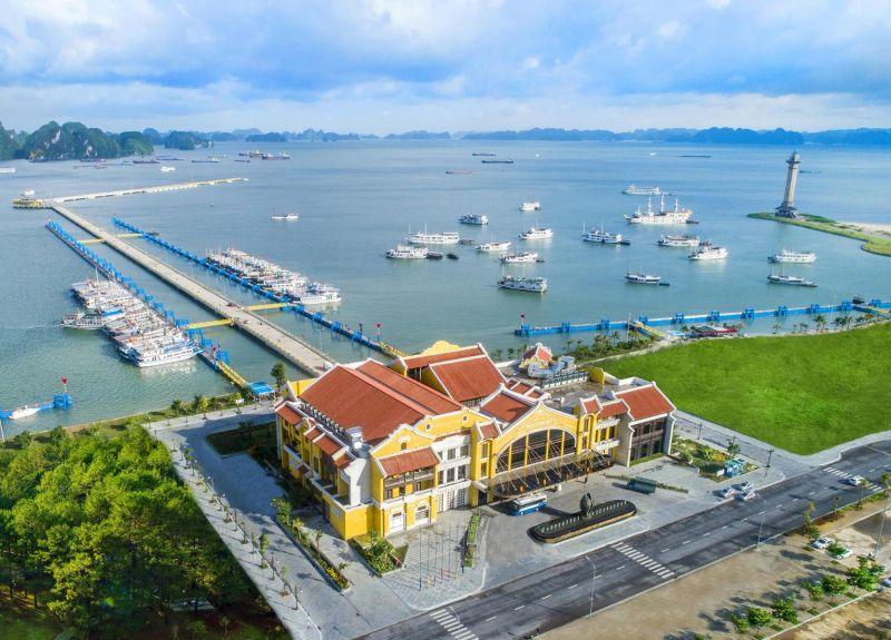 """Đổ xô check in Cảng tàu khách quốc tế Hạ Long: """"Chào em, anh đứng đây từ chiều"""""""