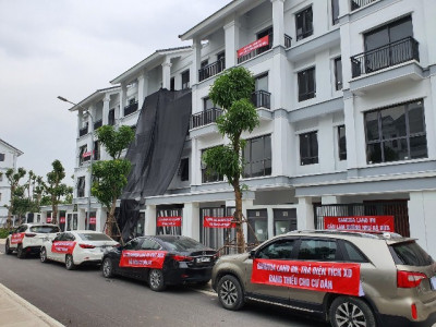 Cư dân căng băng rôn phản đối chủ đầu tư Gamuda Land Việt Nam thất hứa